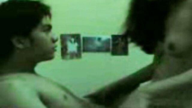男は紫色のソファに大きなお尻を持つ短い髪のラティーナを吹く アダルト 動画 女性 専用