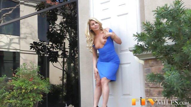 美しさは、ウェブカメラの前で彼女の彼氏のコックを吸う。 女 専用 エロ 動画