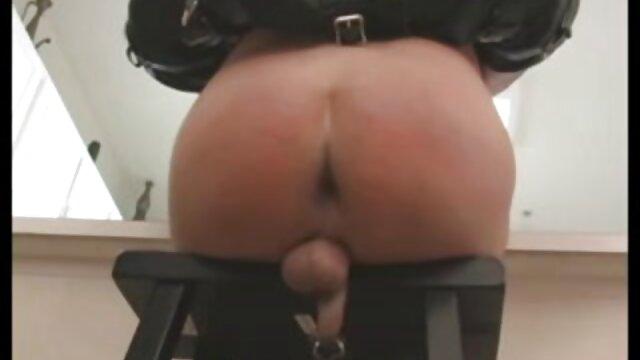男は彼女の膝の上に日本人女性を置き、彼女にキスし、長い間自然である彼女のミルクを噛む アダルト 無料 女性 専用