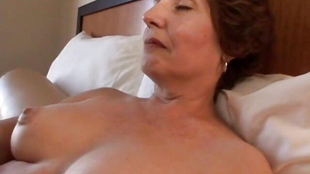 雌犬は巧みにコックを狭く吸う。 女性 専用 アダルト 無料 動画