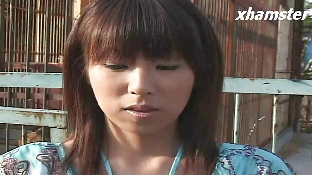 スローブロンドの女の子は、彼女の帽子に両手を置きます。 女の子 専用 エロ 動画