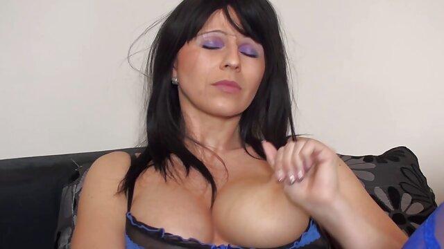 パートナーは、彼女の手で彼女のお尻に入れ墨された彼女の胃で30歳のブルネットを見ました。 エロ 動画 女子 専用