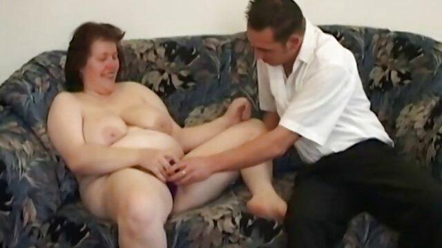 女の子は馬の上のライダーの位置で毛むくじゃらの膣のブロンドを打った。 女性 専用 の エロ 動画
