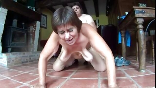 同時に二人の男は茶色の髪を引き裂き、肛門と膣で彼のガールフレンド 女性 専用 アダルト 画像