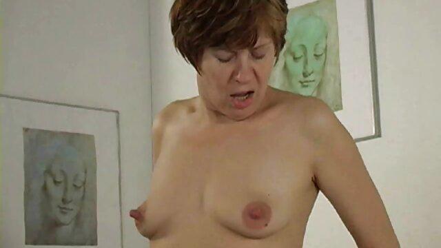 彼女の背中に横たわっている大きなお尻の肛門の男根を持つ叔母 女性 用 風俗 エロ 動画