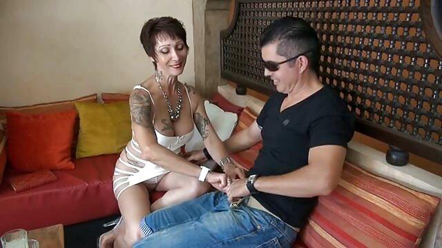 美しい女性は、テーブルの上にクーニーの前でフェラチオを与えます。 無料 アダルト 女性 専用