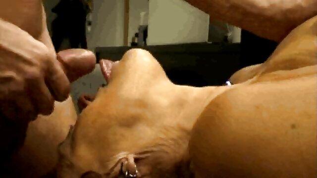 金髪と偽のおっぱいにベッドstroking膣と指 女性 専用 エッチ 無料 動画