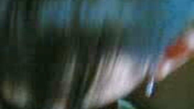 若い女性は彼女の紫色のドレスを脱ぎ、彼女の夫を吸う。 無料 エロ 女性 専用