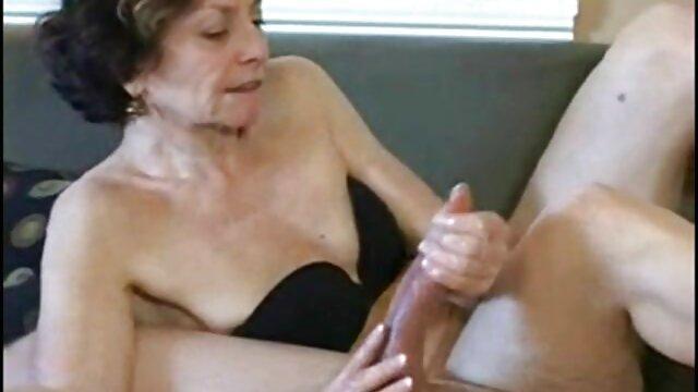 男は彼女の口と膣の中の彼女の右胸に入れ墨を持つ女の子に唾を吐き、彼女の舌の上から下から精液を吐き出します。 女性 専用 エッチ 無料 動画