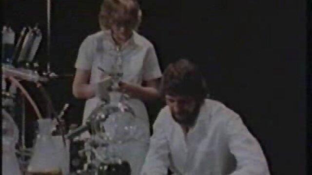塗った女の子は、マシンに性のおもちゃを挿入し、自分自身をオーガズムにします エロ 動画 女子 専用