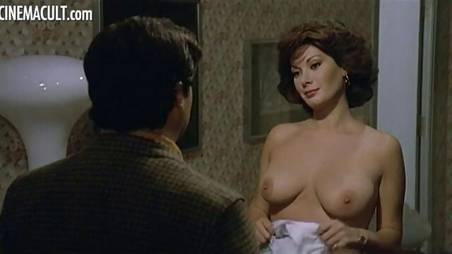 メガネ指は、キッチンでセルライトのお尻を持つ大人の女性と交尾します 女性 専用 アダルト ムービー